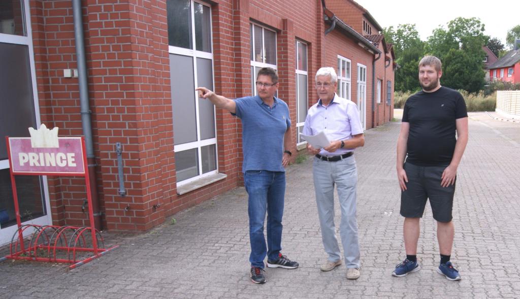 Von links- Thomas Strohbecke, Wolfgang Belte und Patrick Albrecht  besichtigen die geplante Ausfahrt zum Bodenstedter Weg